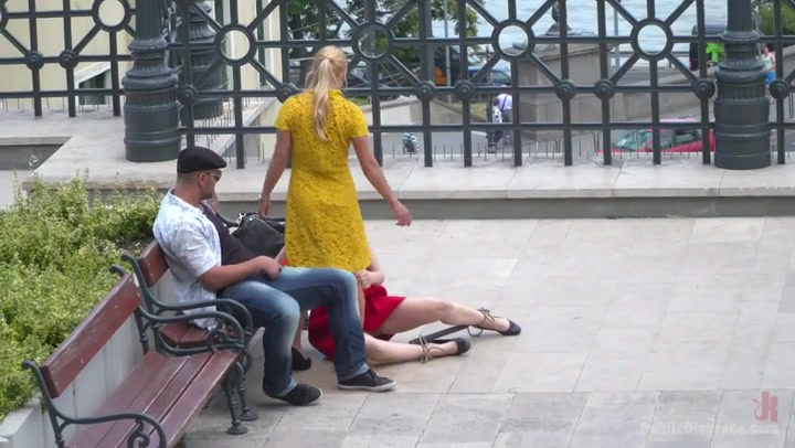 Die vollbusige Sklavin Stella Cox wird draußen und in einer beschissenen Kneipe gedemütigt