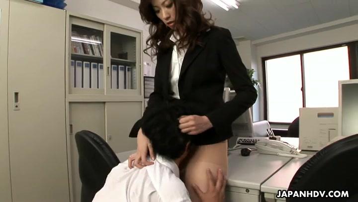 Wilde Boss-Lady Rinka bestraft schlafenden Büro-Nerd mit Facesitting
