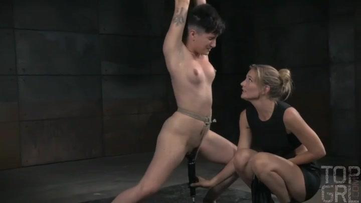 Mona Wales mumifiziert Joey Minx und reitet einen Strapon, bis sie abspritzt