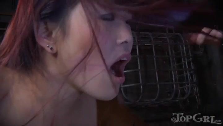 Unterwürfiges Asiatin Lea wird von ihrer Herrin Bella Rossi umschnallt
